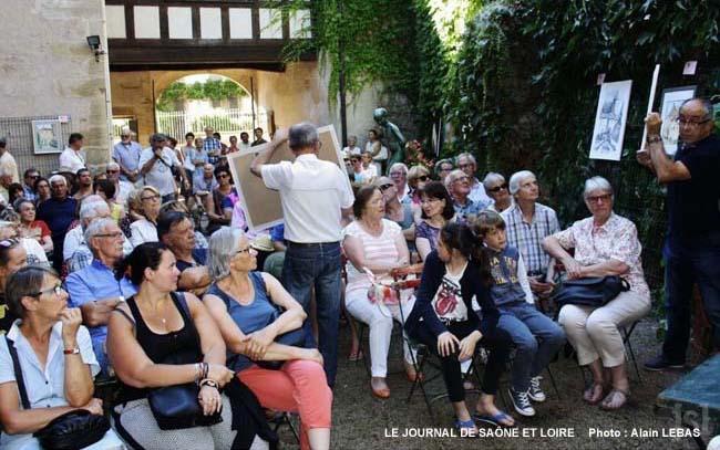 un-nombreux-public-a-assiste-a-la-vente-aux-encheres-de-toiles-dans-la-cour-d-honneur-du-couvent-des-clarisses-